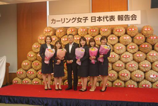 平昌五輪カーリング女子で銅メダルを獲得したLS北見(ロコ・ソラーレ)の五選手がJAビルを訪れた。