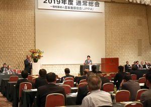 日本養豚協会が通常総会開催。会場から提案された「豚コレラに対する緊急動議」に対し、要請状況等を説明する香川会長