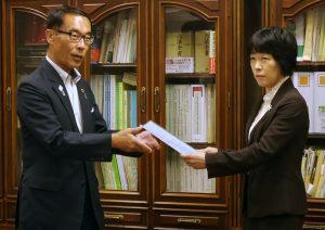 大野元裕埼玉県知事が17日農水省を訪れ、豚コレラにおける畜産農家への財政支援など4項目の対策を要請、新井ゆたか消費・安全局長が対応