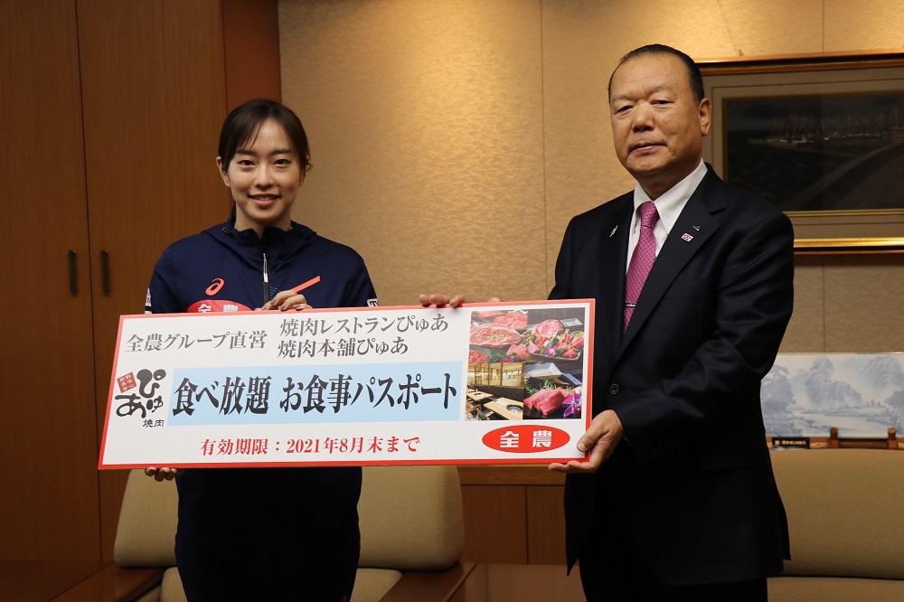 JA全農の石川佳純選手と菅野幸雄経営管理委員会会長
