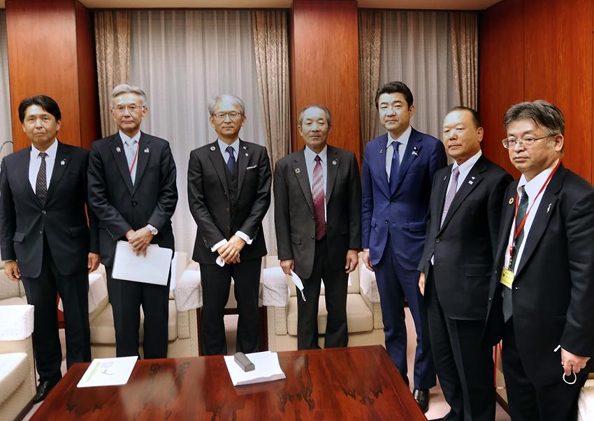 JA全中の中家徹代表理事会長らJAグループ各連の代表が11月5日、野上浩太郎農相と農産物等の輸出拡大に向けて意見交換