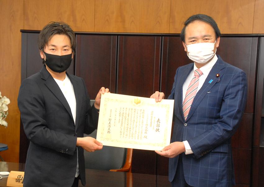 ロボット大賞・農林水産大臣賞のinahoを葉梨農林副大臣が表彰